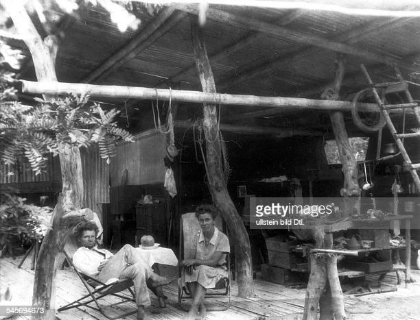 Dr Friedrich Adolf Ritter*24051886Arzt Forscher D R und Dore Koerwin geborene Strauch in ihrem selbsgebauten Haus auf der GalapagosInsel Floreana 1932