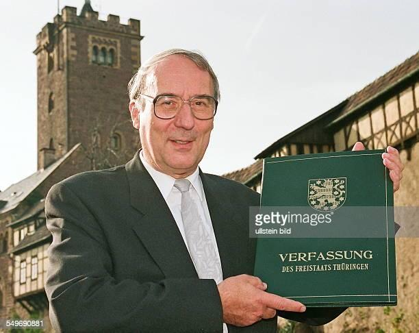 Dr Gottfried Mueller Thueringens erster Landtagspraesident CDU haelt die Thueringer Verfassung nach deren Verabschiedung vor der Wartburg in Eisenach