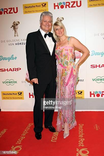 Dr Guido Knopp Und Ehefrau Gabriella Bei Der Verleihung Der Goldenen Kamera In Berlin Am 060208