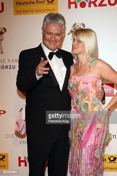 Dr Guido Knopp Und Ehefrau Gabriella Bei Der Verleihung Der Goldenen Kamera In Berlin Am 060208 .