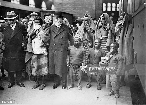 Dr. Heck with his guests from Africa on their arrival at the station of Berlin Zoo. The faces of the women of Sara-Kaba are mantled. Photograph....