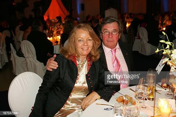 Dr Hellmuth Karasek Und Ehefrau Armgard Bei Der Verleihung Der Goldenen Feder In Der Handelskammer In Hamburg