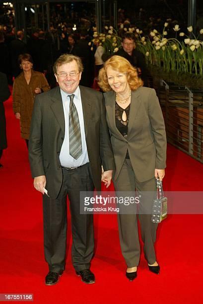 """Dr. Hellmuth Karasek Und Ehefrau Armgard Seegers Bei Der Premiere Von """"Cold Mountain"""" Im Rahmen Der 54. Berlinale"""