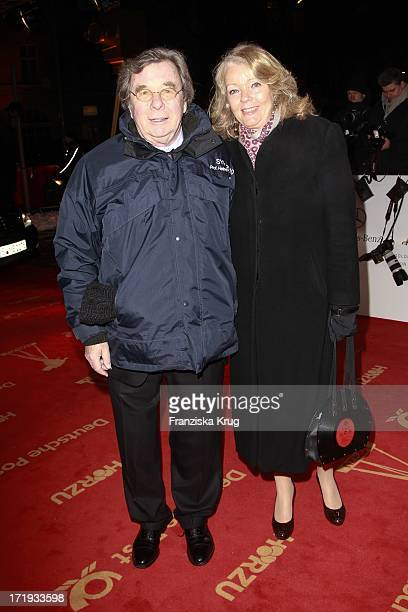 Dr Hellmuth Karasek Und Seine Ehefrau Dr Armgard Seegers Karasek Bei Der Ankunft Zur Verleihung Der 47 Goldenen Kamera In Der UllsteinHalle In Berlin