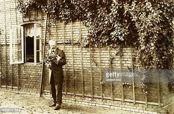 Dr Karl Franz Friedrich Chrysander vor seinem Anwesen in Bergedorf Chrysander widmete sein ganzes Leben der wissenschaftlichen Erforschung von Leben...