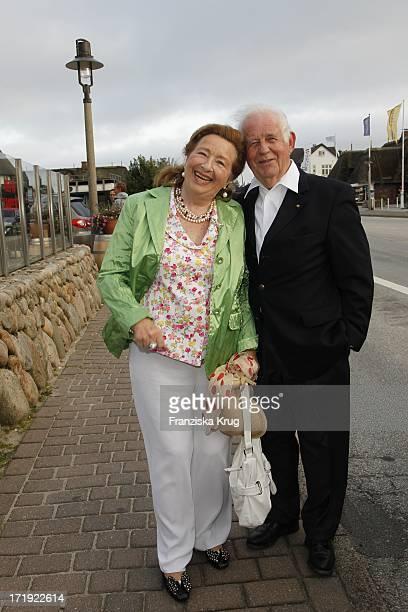 Dr. Kurt Biedenkopf Und Ehefrau Ingrid Beim Traditionellen Krebsessen Bei Manfred Baumann In Kaamp Hüs In Kampen Auf Sylt
