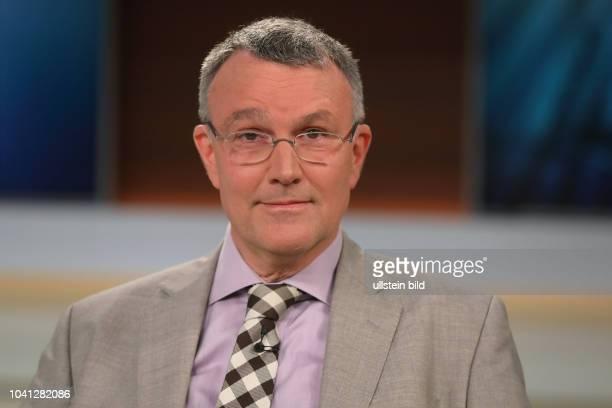 Dr. Michael Lueders in der ARD-Talkshow ANNE WILL am in Berlin Thema der Sendung: Trump bekaempft Assad - Droht jetzt ein globaler Konflikt?...