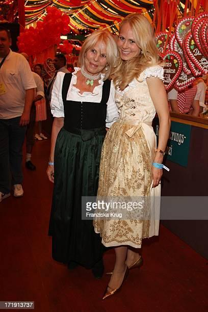 Dr Nadja Anna Fürstin Zu Schaumburg Lippe Und Ihre Mutter Bei Der R Sixt Damenwies'N Im Hippodrom Auf Dem Oktoberfest In München