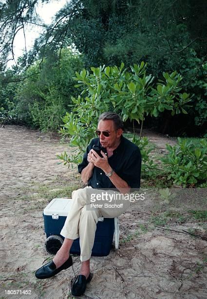 Dr Peter Matthaes N3Reihe Heimat in der FerneMalaysia/Insel Langkawi/Asien Hotel TheAndaman Sonnenbrille Strand DrehpauseHandy