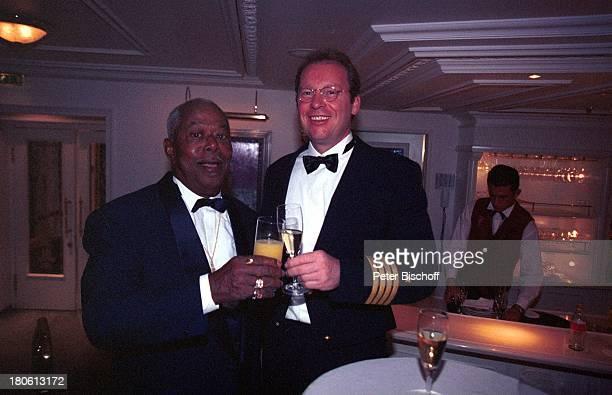 Dr phil Billy Mo Hayo Janssen MittelmeerKreuzfahrt MS Deutschland Mittelmeer Meer Schiff Kreuzfahrtschiff Champagner Orangensaft Zuprosten Anstoßen...