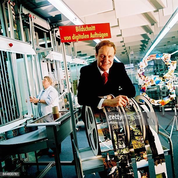 Dr Rolf Hollander Vorstandsvorsitzender der Neumüller CeWe Color Stiftung und CeWe Color Holding AG in den Herstellungsräumen