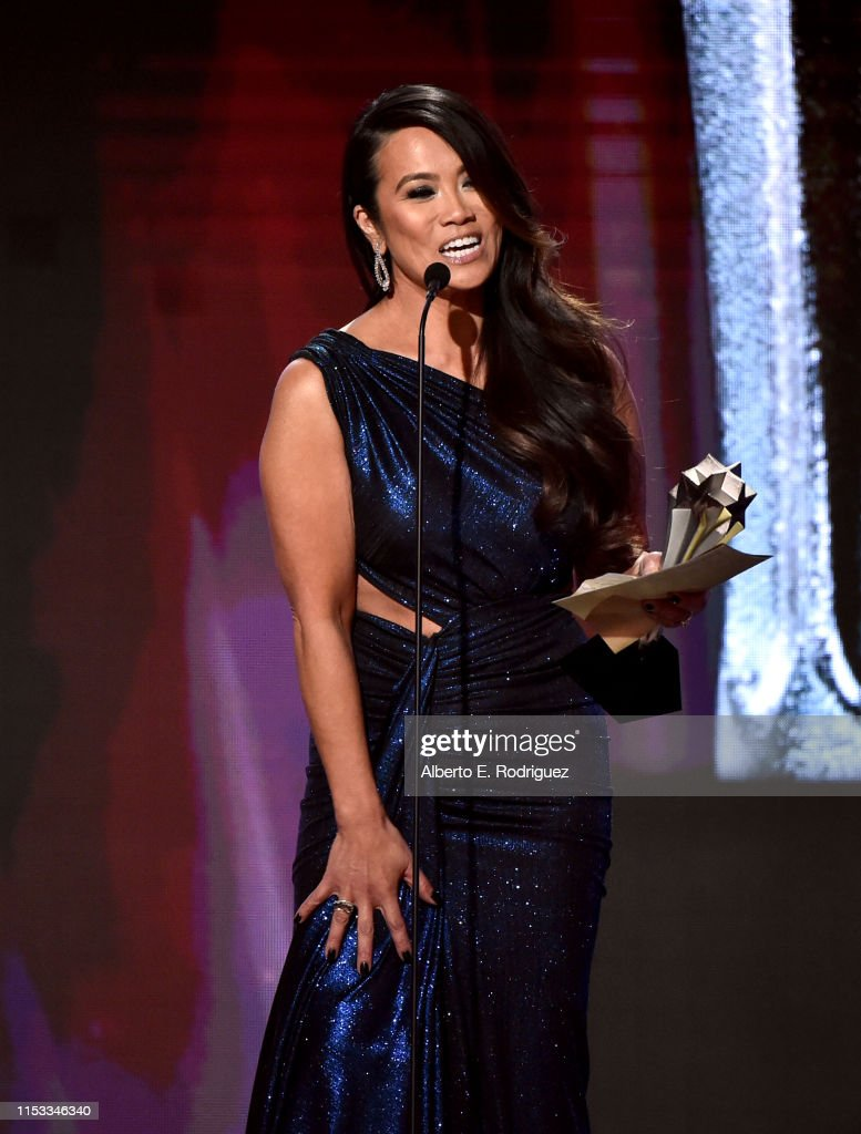Dr  Sandra Lee aka Dr  Pimple Popper accepts Female Star of the Year