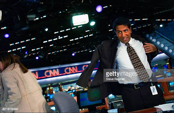 dr. sanjay gupta rushes to broadcast live from the cnn newsroom - american tv presenters stock pictures, royalty-free photos & images