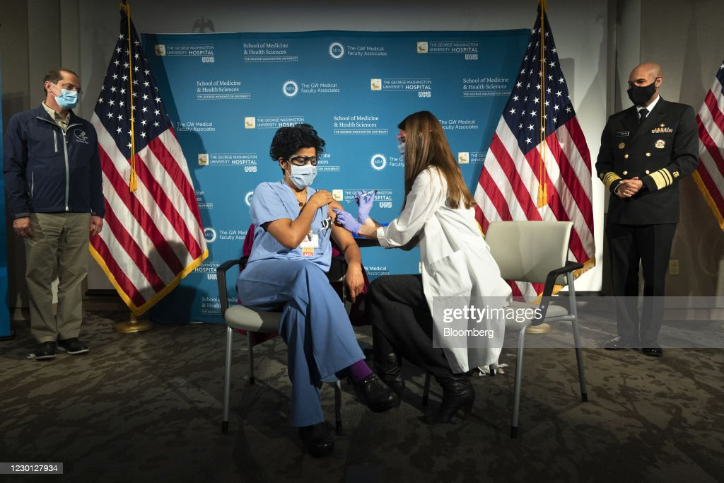 HHS Holds National Ceremonial Covid-19 Vaccination Kick Off Event At GWU Hospital : ニュース写真