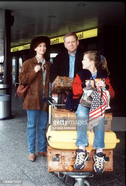 Dr. Sommerfeld ist glücklich, daß Tochter Nina aus den Ferien in den USA zurückkehrt. Noch auf dem Flughafen stellt Nina ihm ihre Reisebekanntschaft...