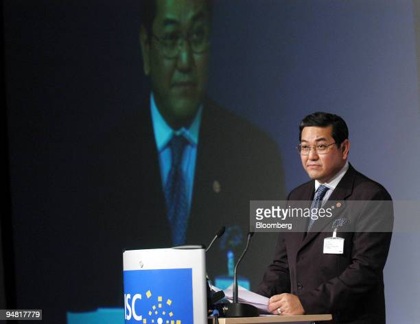 Dr Surakiart Sathirathai Thai foreigh affairs minister speaks at the ISC Symposium StGallen Switzerland Thursday May 13 2004