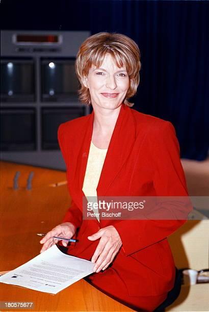 Dr Susanne Holst ARDNachrichtenHamburg Studio der Tagesschau MonitorFernsehstudio Manuskript