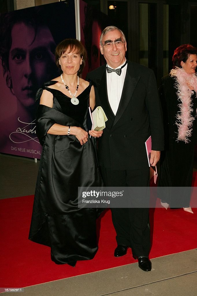 Dr Theo Waigel Und Ehefrau Irene Epple Waigel Bei Der Premiere Des News Photo Getty Images