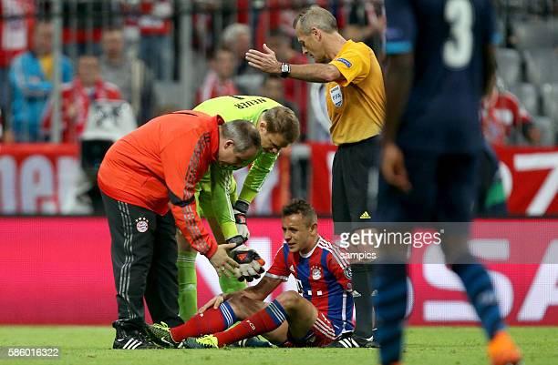 Dr Volker Braun Mannschaftsarzt beim FC Bayern mit RAFINHA Fussball Uefa Championsleague Viertelfinale Rückspiel FC Bayern München FC Porto 61