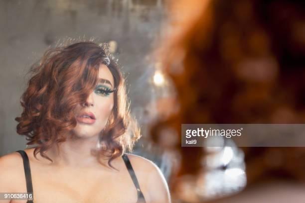 drag queen admiring reflection in mirror - drag queen foto e immagini stock