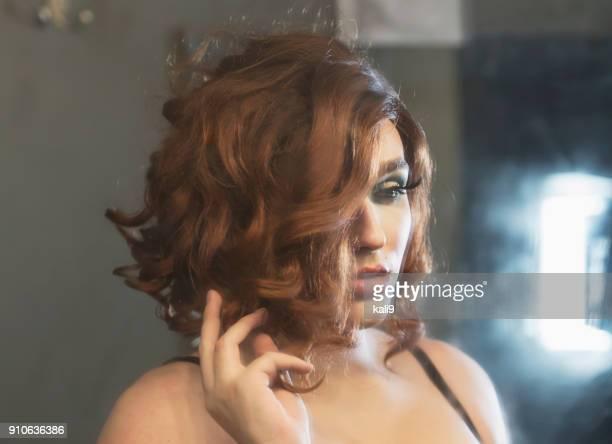 drag queen in dressing room - drag queen foto e immagini stock