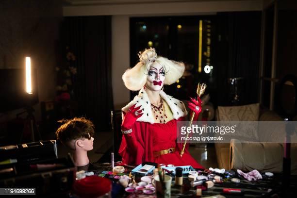 trascina la regina in costume rosso nella stanza buia - drag queen foto e immagini stock