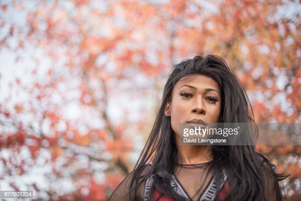 drag queen looking to camera - black transvestite stock pictures, royalty-free photos & images