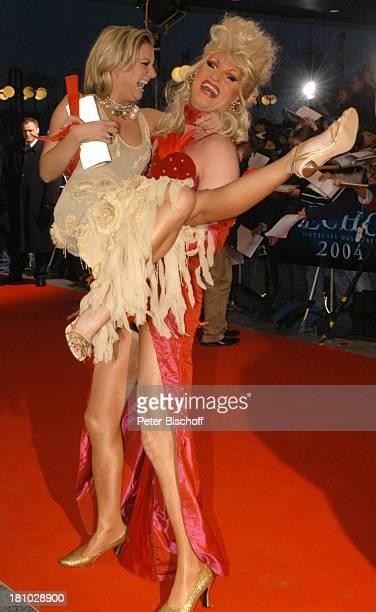 Drag Queen Olivia Jones hebt Juliette Schoppmann Verleihung Echo 2004 Berlin ICC roter Teppich Transvestit Verkleidung verkleidet Perücke Promis...