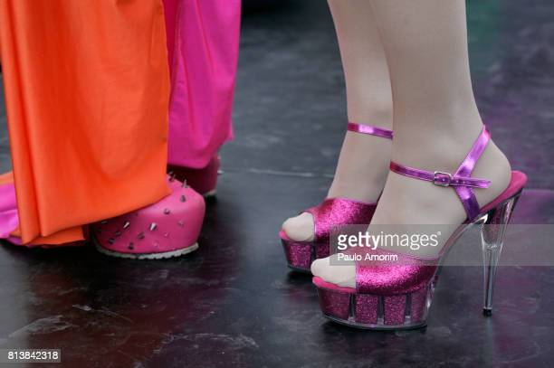 drag queen performs with a pink high heel - drag queen foto e immagini stock