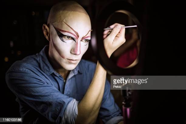 drag queen che si trucca sugli occhi - drag queen foto e immagini stock