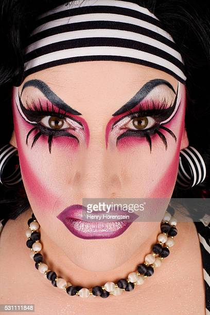 drag queen wearing striped headband - drag queen fotografías e imágenes de stock