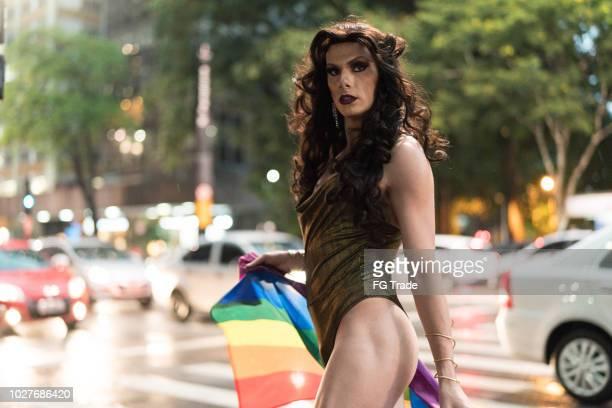 Drag Queen con la bandera del arco iris en la Avenida Paulista, ciudad de Sao Paulo, Brasil