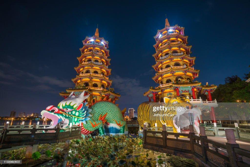 Dragon and Tiger Pagodas at lotus lake, Kaohsiung, Taiwan at night : Foto de stock