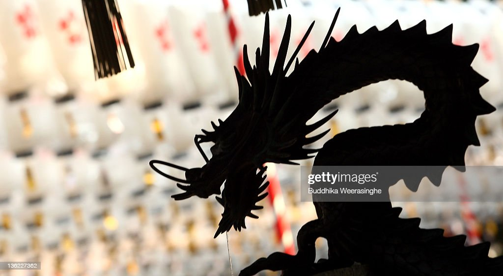 Japanese Prepare To Celebrate 'Year Of The Dragon' : ニュース写真