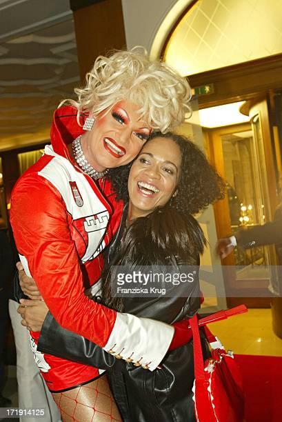 Dragqueen Olivia Jones Und Mo Asumang Bei Der Ankunft Zur 10 Jahre Peta Deutschland Gala Im Hotel Vier Jahreszeiten In Hamburg Am 140204