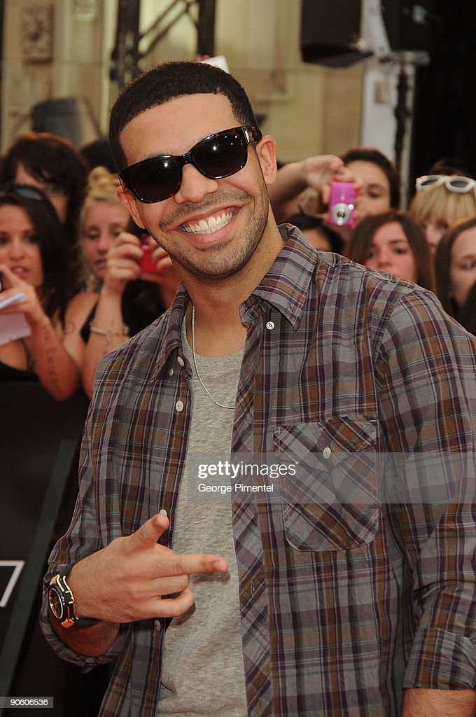 751a384c5301 Drake arrives on the red carpet of the 20th Annual MuchMusic Video ...