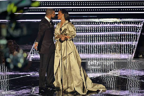 Drake presents an award to Rihanna onstage during the 2016 MTV Music Video Awards at Madison Square Garden on August 28 2016 in New York City