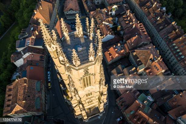 dramatic aerial view of the gothic fribourg cathedral in switzerland - フリブール州 ストックフォトと画像