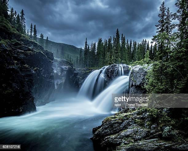dramatic at the waterfall - verwaltungsbezirk buskerud stock-fotos und bilder