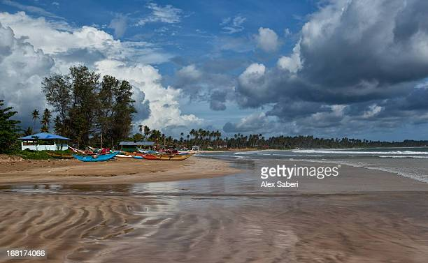dramatic clouds over bundala beach at low tide. - alex saberi stock pictures, royalty-free photos & images