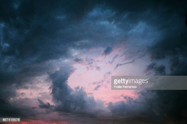 dramatic cloudscape sky - moody sky stock pictures, royalty-free photos & images