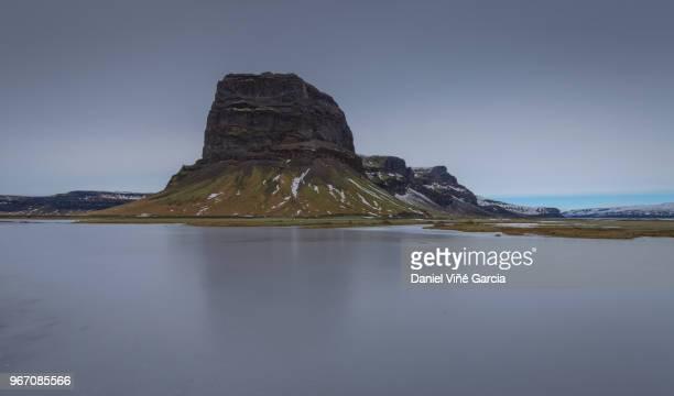 dramatic escarpment of mount lomagnupur - escarpment stock pictures, royalty-free photos & images