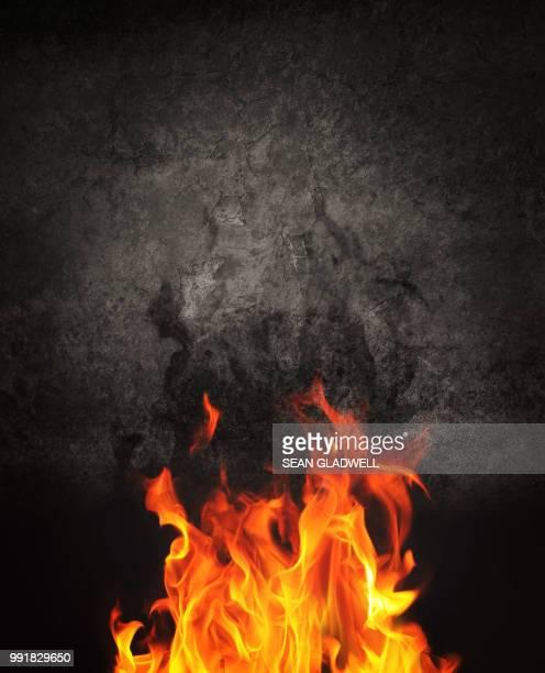 dramatic fire - fuego al aire libre fotografías e imágenes de stock
