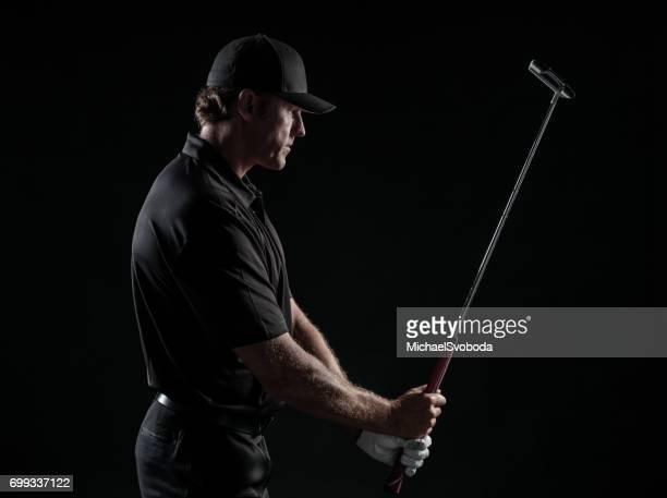 Dramatisches Bild der männlichen Golfer mit dem Ziel seinen Putt