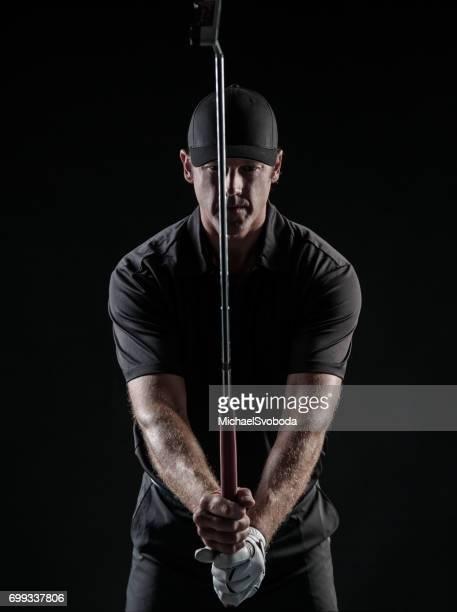 dramatisches bild der männlichen golfer mit dem ziel seinen putt - einlochen golf stock-fotos und bilder
