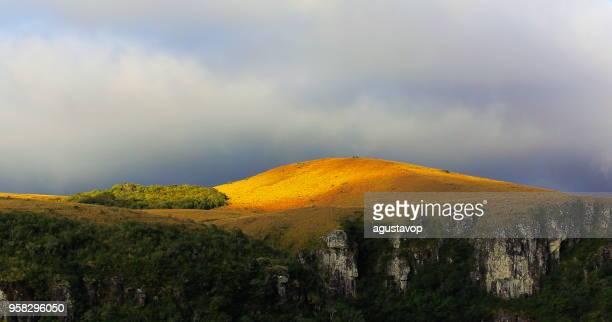 dramatische landschaft: fortaleza canyon – rio grande sul - südbrasilien - mata atlantica stock-fotos und bilder