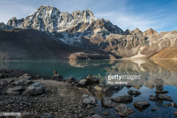 dramatic landscape of gokyo lakes in nepal. - khumbu stock pictures, royalty-free photos & images
