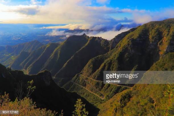 dramatische landschaft: serra do rio rastro bergstraße – santa catarina, brasilien - mata atlantica stock-fotos und bilder