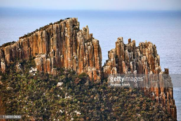 dramatic mountain ridge, high sea cliff with blue ocean in background - rivage photos et images de collection