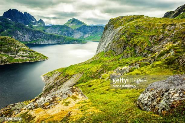 dramatische bergkulisse der wolkenverhangenen lofoten, norwegen - norden stock-fotos und bilder